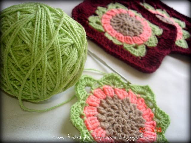 free pattern for a crocheted flower granny square by The Lazy Hobbyhopper
