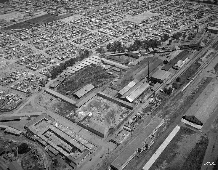 """La fábrica de """"La Consolidada"""", en la colonia Ex Hipódromo de Peralvillo, vista desde las alturas a mediados de 1932. A la derecha se aprecian los talleres del ferrocarril que ocupaban el área donde hoy se encuentra la unidad Nonoalco Tlatelolco, y la curva arbolada es la Calzada de la Ronda; en lugar de la fábrica actualmente hay una Mega Comercial Mexicana y un conjunto habitacional."""