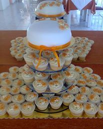 AUTUMN GOLD WEDDING CUPCAKES AND CUTTING CAKE