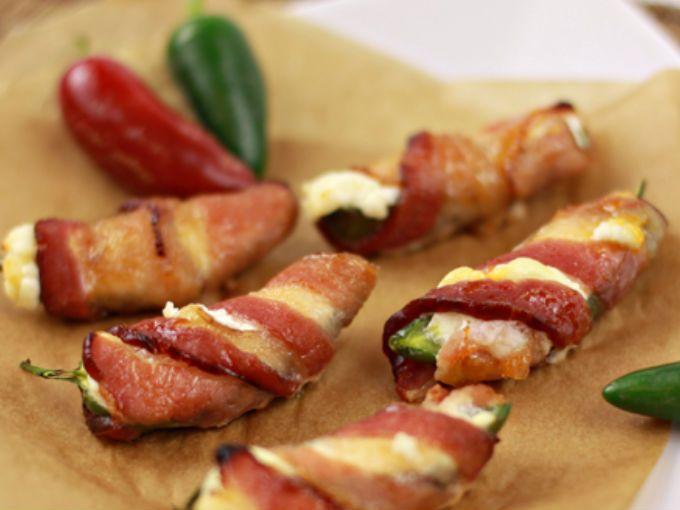 Jalapeño cubierto con tocino, el jalapeño lo puedes rellenar con queso panela o queso mozarella