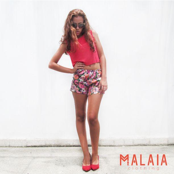 MALAIA RESORT 2014 ◇ Crop top #aluna en fucsia neón Short #maui en print de flores fucsia Estos forman parte de nuestra nueva colección edición limitada! #malaia #marcaEcuatoriana