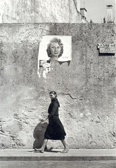 1956 photo of Maria do Alívio, a laundrywoman in the North of Portugal, and Sophia Loren. By Agnes Varda