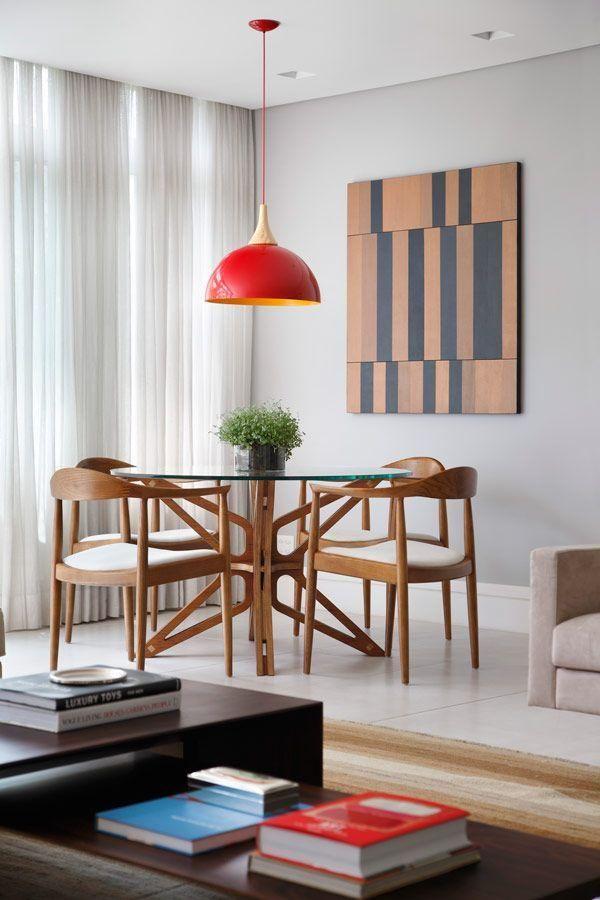 Mesa de jantar com pendente vermelho