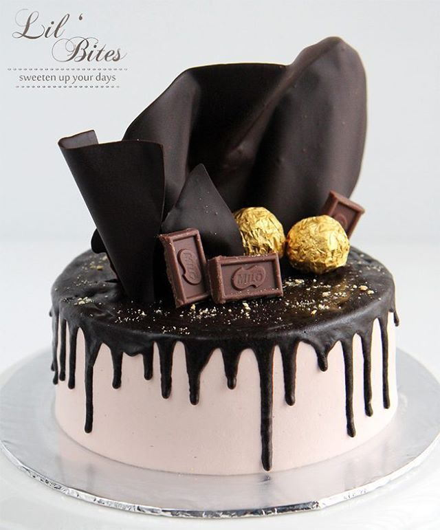 Choc drip cake 🍫  PS: inside is lemon raspberry cake 🍋 New favourite! 😉