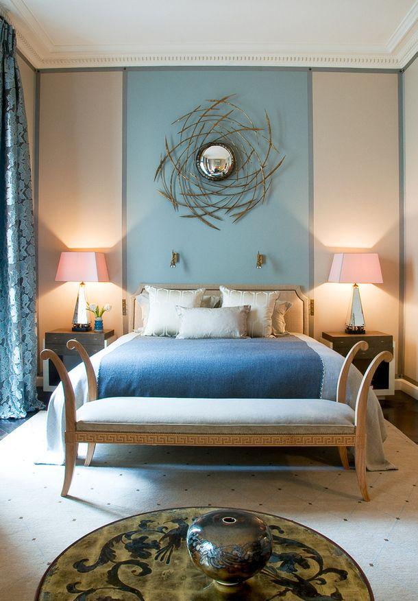 Интерьер квартиры в Париже, декоратор Жан-Луи Денио. В декоре спальни доминирует зеркало Nid по дизайну ван дер Стратена.