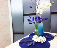 1- Corte 18cm do arame 22 e faça um ganchinho na ponta.<br>2-Modele uma coxinha de massa natural, introduza o arame, aguarde secagem de 12hs.<br>3- Tinja uma porção de massa em tom azul hortênsia.<br>4- Estique a massa no tom azul numa espessura de 01mm e recorte as florzinhas.<br>5- Boleie o centro das florzinhas e com auxílio de cola branca, junte à base, compondo a flor de lavanda. Aguarde secagem de 12hs.<br>6- Esfume tons de violeta permanente em todas as florzinhas, criando…
