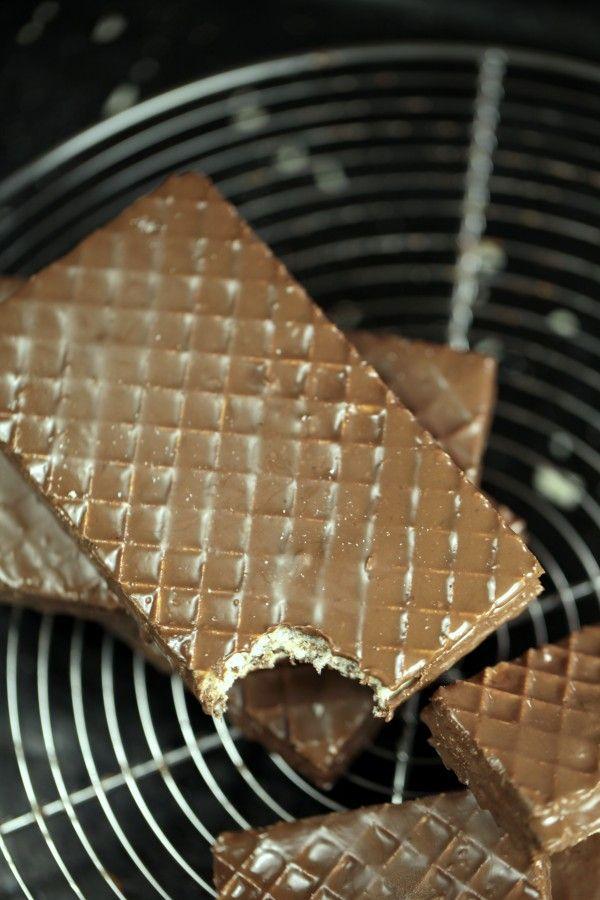 Ja, man kan faktiskt göra kexchoklad själv och det är så himla enkelt att man knappt tror att det är sant! Jag gillar nästan den här varianten bättre än den köpta numera. Prova själv! Till 4...
