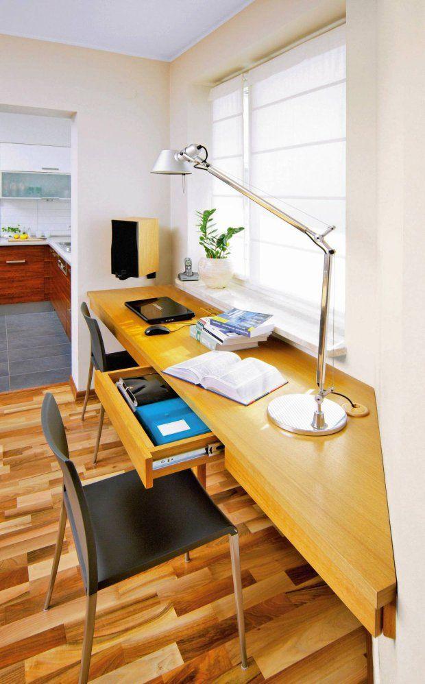 Z przenośnymi komputerami potrzebujemy coraz mniej miejsca do pracy. Zamiast gabinetów, solidnych biurek oraz regałów pełnych skoroszytów i segregatorów wystarcza już tylko niewielkie lekkie biurko, a nawet sam blat. Gdzie znaleźć na nie miejsce?