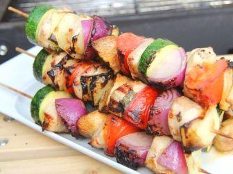Csirkés saslik recept: A nyár egyik legkedveltebb ételei a grillen készült finomságok. Ez a saslik recept az egyik kedvencem! :) Csirkéből és pulykából egyaránt elkészíthető!