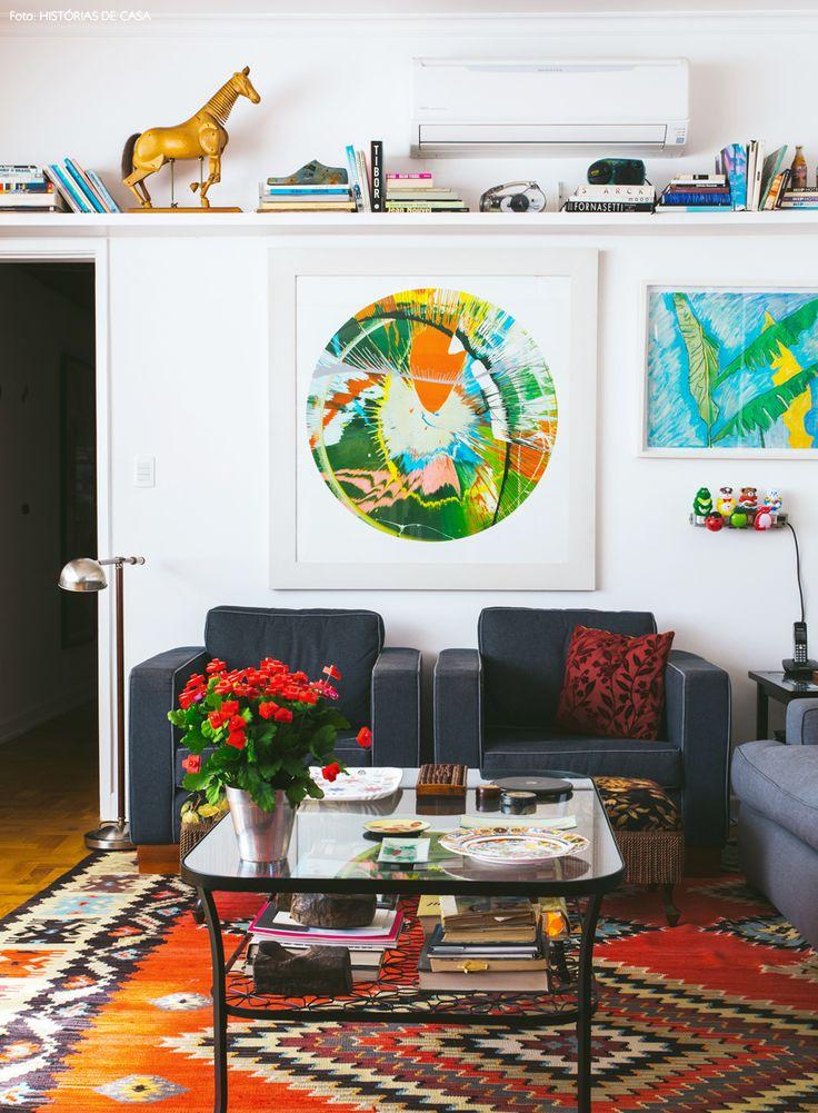 Colocar uma prateleira de marcenaria logo abaixo do aparelho de ar condicionado, ajuda a disfarçar o aparelho em sua sala de estar.