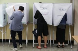 Polls open to choose new president - Left-leaning Moon Jae-in is the clear front-runner with centrist Ahn Cheol-soo his nearest challenger.