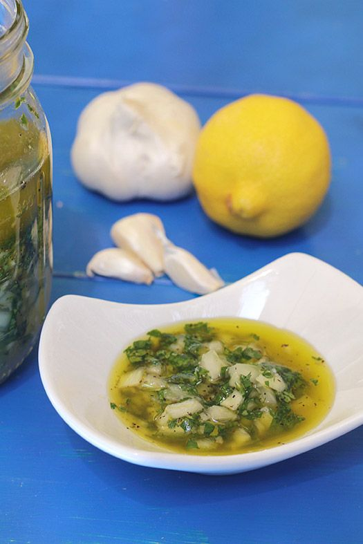 Combinación perfecta de sabores cítricos, el cilantro y ese toque de ajo que tanto gusta, para acompañar empanadas, yuca frita o patacones. www.antojandoando.com