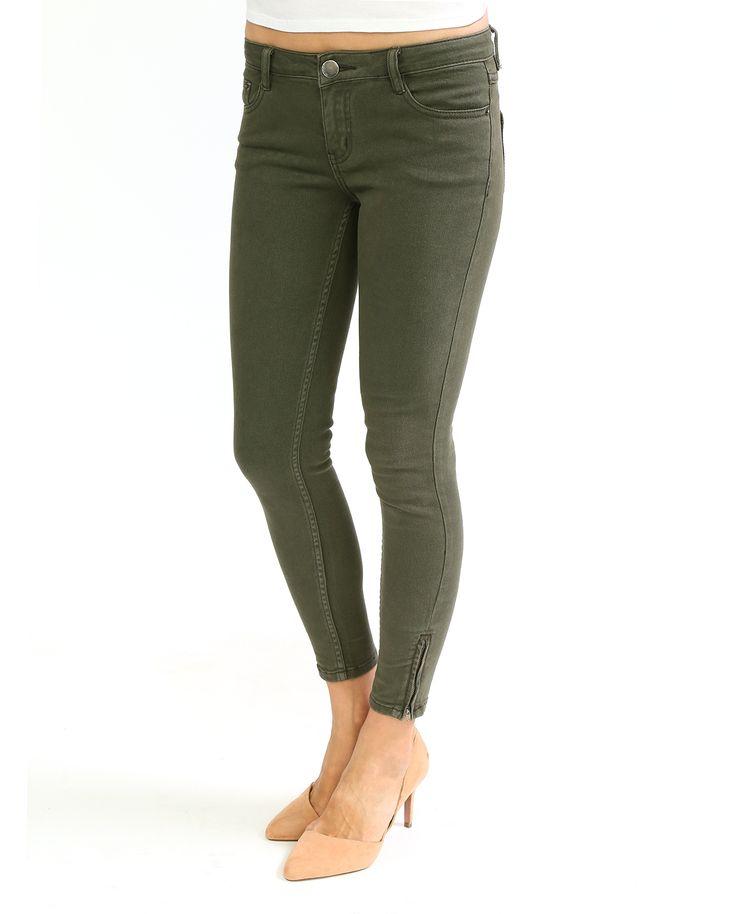 #Джинсы скинни из коллекции #Suncoo. Модель из хлопка цвета хаки с молниями на щиколотках. Для создания эффектных образов в стиле casual комбинируйте джинсы с удлинёнными жакетами, кардиганами крупной вязки или легкими туниками.