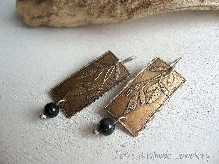 Orecchini pendenti in ottone similoro e onice nero - gioielli fatti a mano- orecchini pendenti- pezzo unico- disegno inciso floreale di Petrahandmadejewelry su Etsy