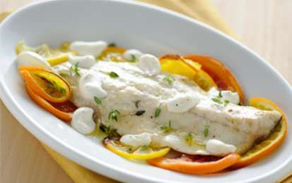 Branzino agli agrumi - Il branzino all'arancia è un secondo piatto di Natale davvero delizioso: si serve con un'ottima salsa agli agrumi. Un'idea made in Cotto e Mangiato.