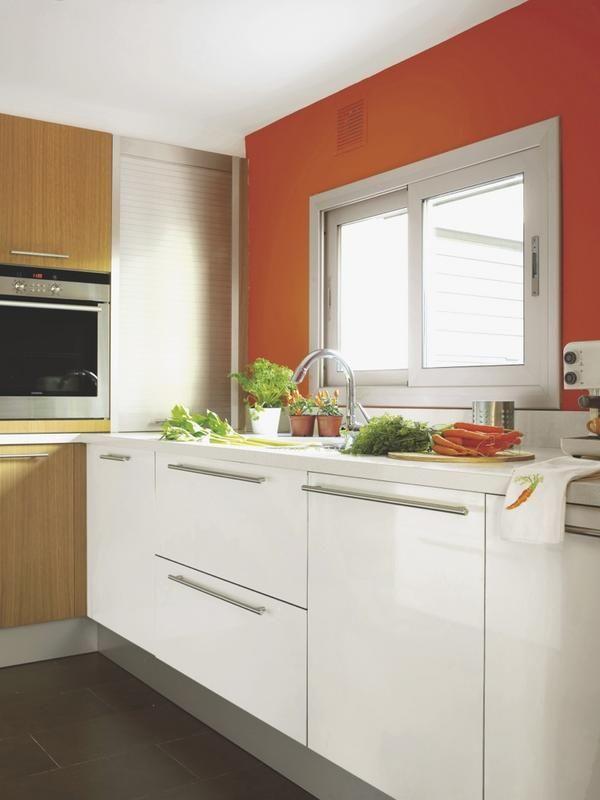 Cocina moderna y con brillantes soluciones paredes for Cocinas de madera blanca