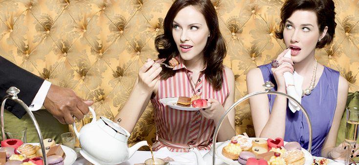 Ευτυχία είναι να πιείς τσάι όπως το πίνουν οι Άγγλοι. Με κέικ, μάφινς, μπισκοτάκια, ζωικό βούτυρο και τοστάκια με αγγούρι και βούτυρο.