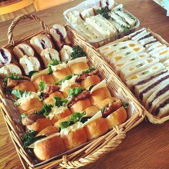 サンドイッチがメインのお弁当に、デザート感覚でフルーツサンドもミックス。これからの季節、ピクニックに持って行くのもいいですね。