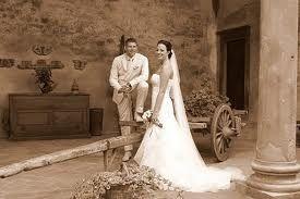 Getting married in a castle! Great memories of this lovely couple! Trouwen in een kasteel in de Chianti, Toscane. Dat is nog eens een Italiaanse bruiloft! Binnenplaats van een wijnkasteel voor het burgerlijk huwelijk of symbolische ceremonie. #conamore #artstudio54 #ginocianci