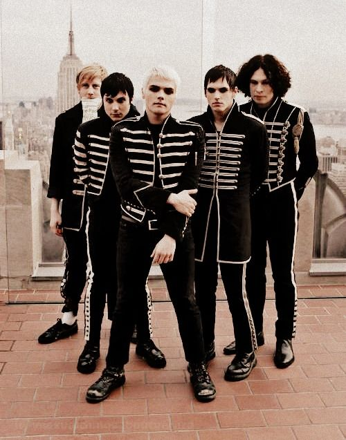My Chemical Romance ♥♥♥♥♥ I miss you guys. 12 amazing years. Keep running :) SING IT FOR THE WORLD