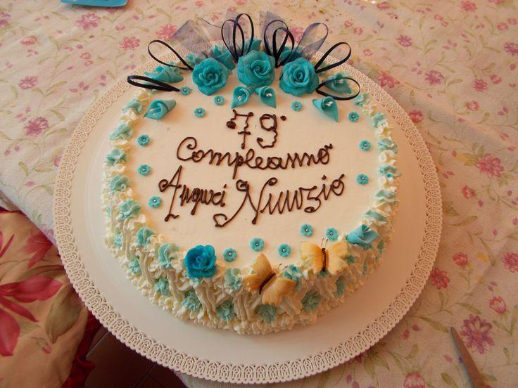 torta alla panna con decorazioni in pasta di zucchero