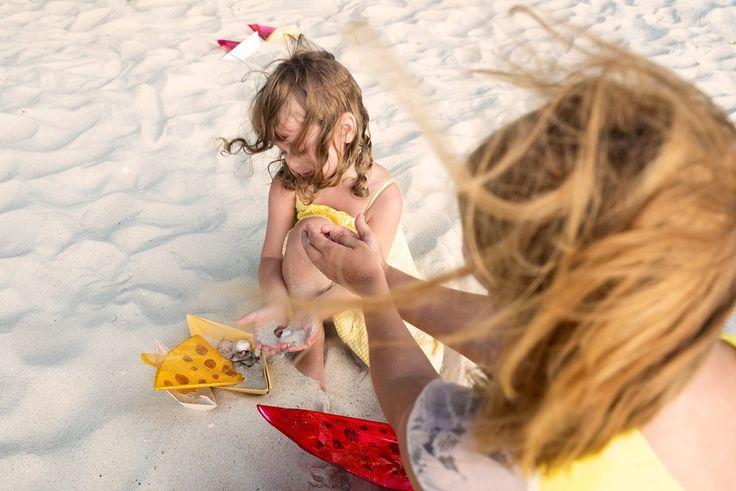 закат семейная фотосессия мама и дочь море песок пляж фотосъемка на закате кораблики ветер волосы