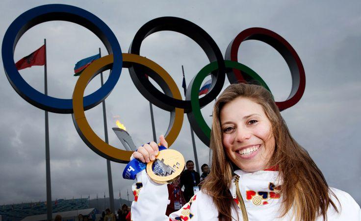 Vítězka snowboardcrossu Eva Samková se zlatou olympijskou medailí v centu Soči. (17. února 2014)