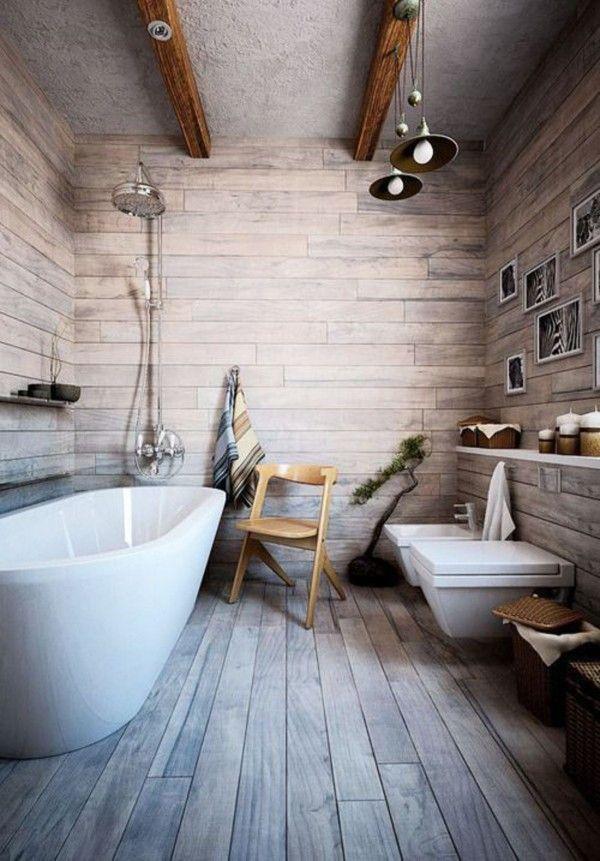Salle de bain rustique avec parquet