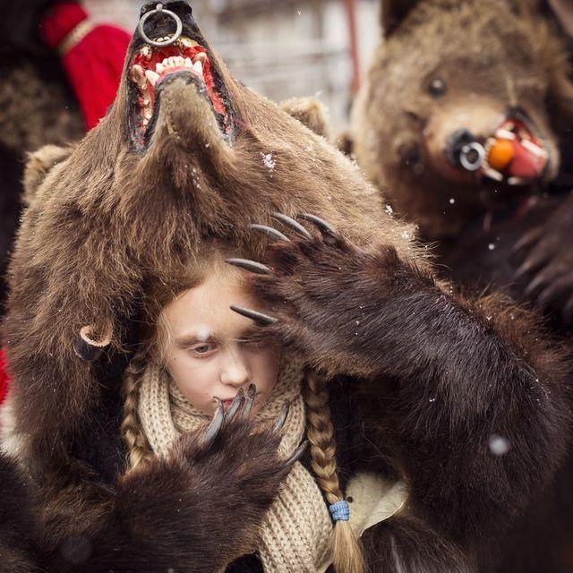 伝統的な行事「クマ祭り」(ルーマニア)