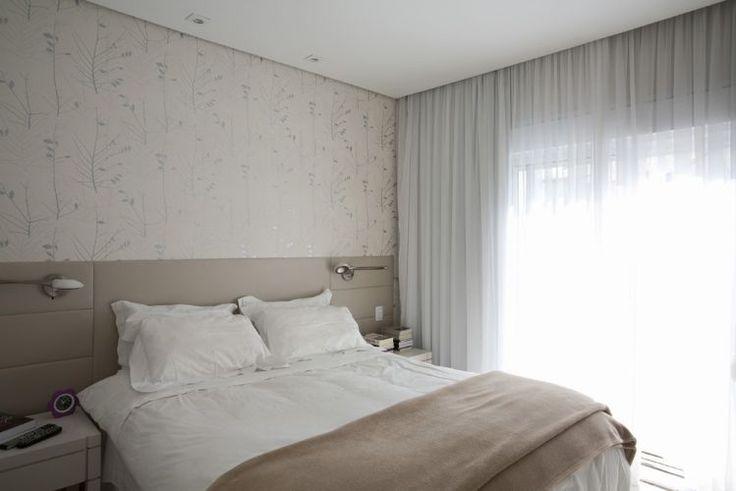 Cores claras e neutras dominam a suíte do casal que está voltada para um amplo terraço que proporciona iluminação natural. A parede revestida com papel bege e prata da Bucalo combina com a cabeceira da cama estofada em couro ecológico da Tecdec. Cortina de voil de A Janela; luminárias de leitura da Yamamura - Room