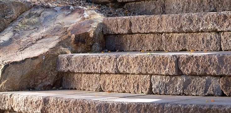 Stepping stones are easily integrated into your landscape, blending perfectly with the surroundings. #CeltikWall