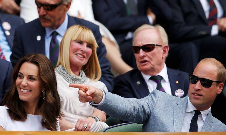 Estaria o príncipe William apontando para o ator Eddie Redmayne, seu colega dos tempos de escola? ANDREW COULDRIDGE / REUTERS