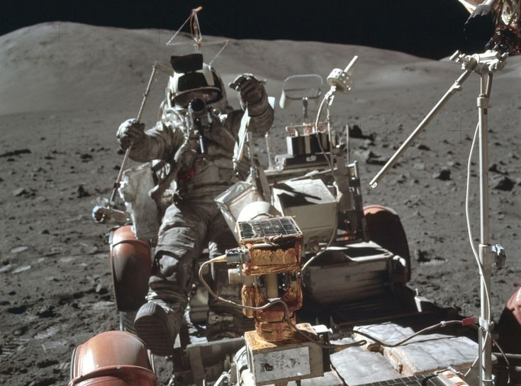 Dai cimeli della Nasa una serie di scatti meno noti delle missioni lunari. Tra attività extraveicolari, esperimenti scientifici e momenti di relax.