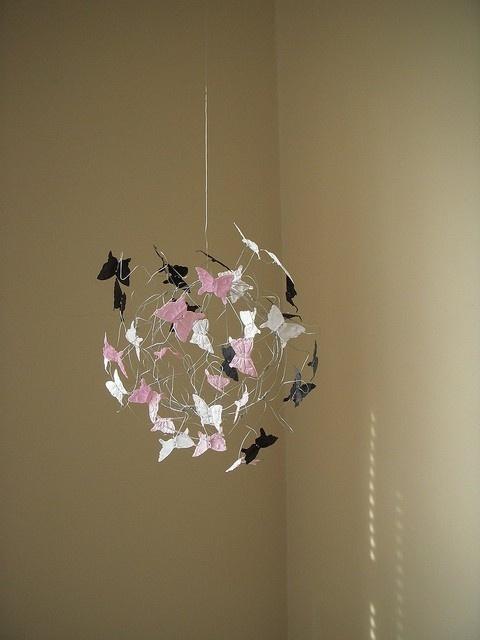 pas de diy mais il me semble que c'est tout simplement : un sac de noeud en fil de fer avec des papillons en papier. effet superbe