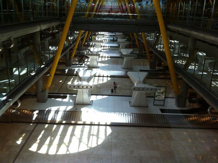 """Sala de cintas de recogida de equipajes, también conocidas como """"hipódromos"""" vistas desde la zona de publico general."""