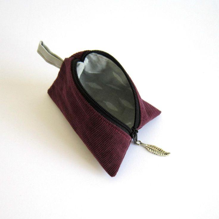 Porte-monnaie berlingot en velours recyclé violet et coton gris motifs plumes blanches : Porte-monnaie, portefeuilles par melkikou-upcycling