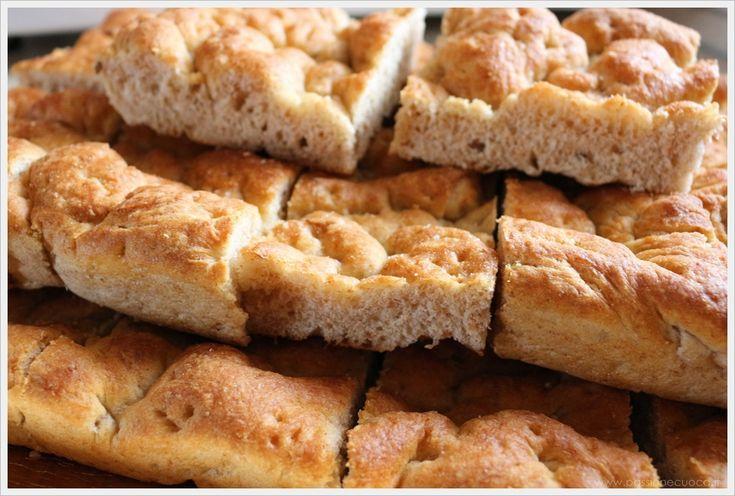 La focaccia rustica è fatta con un mix di farine molto meno raffinate e quindi più digeribili e molto più sane per la nostra salute.