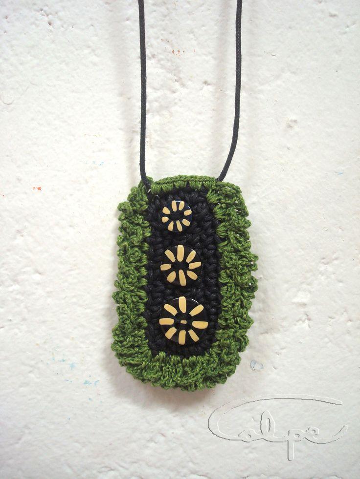 Colgante de crochet con botones pintados a mano.http://calpearts.blogspot.com.es/p/colgantes.html