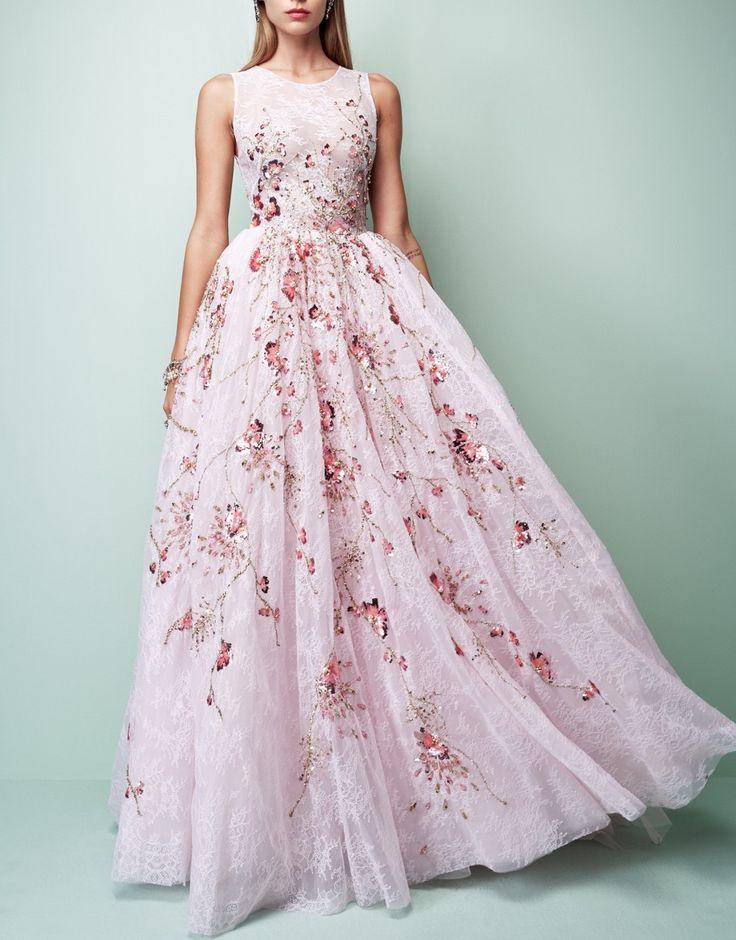 Estupendo robe en gasa salvaje bordada en el nuevo color que pega con fuerza este verano...... El rosa en todas sus gamas aquí se convierte en un look perfecto para un evento especial