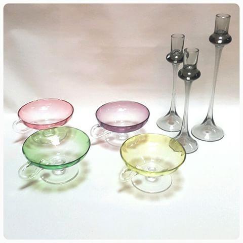 4 - efterrättsskålar i färgat glas,  Orrefors ljusstakar, Gabriel Nils Landberg #efterrättsskålar #färgat #färgatglas #glas #glasbruk #orrefors #ljusstakar #design #inredning #interiör #tillsalu