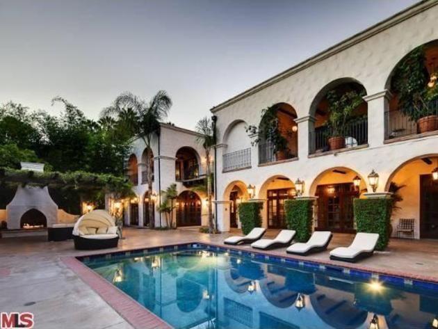 #HilaryDuff's Toluca Lake Home: Poolside>> http://www.frontdoor.com/photos/tour-hilary-duffs-toluca-lake-home-for-sale?soc=pinterest