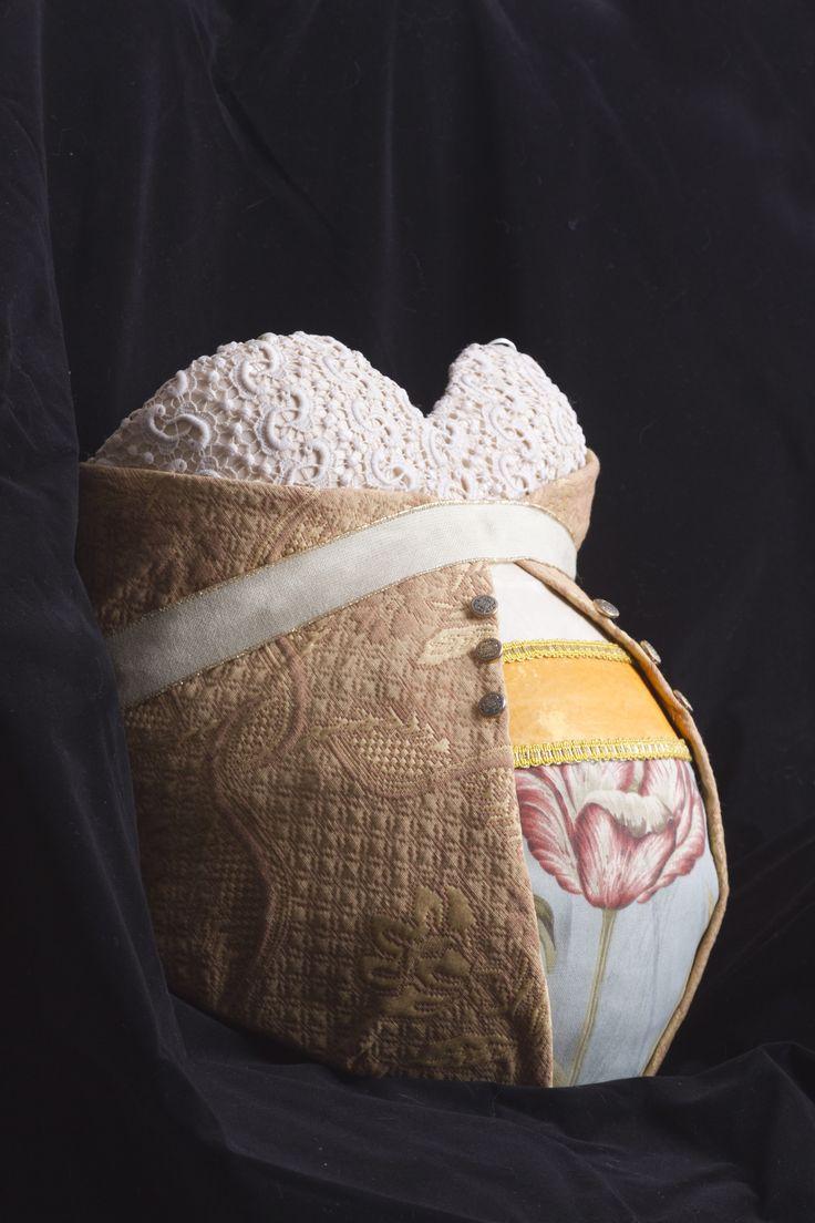 molde de yeso  embarazada con telas