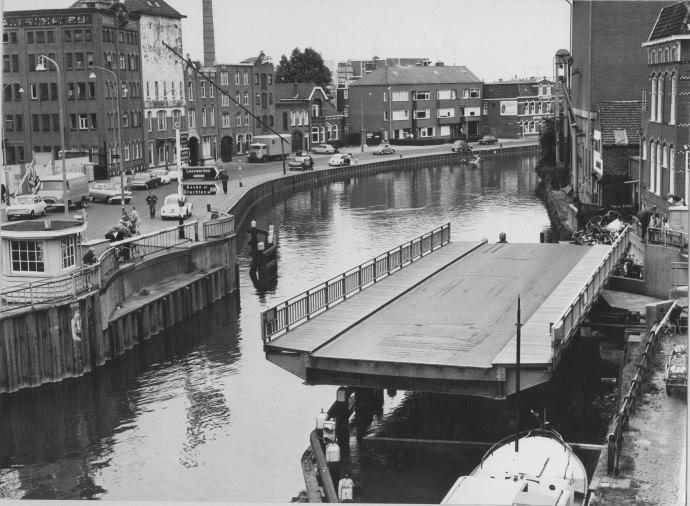 Groningen<br />De stad Groningen: Het Winschoterdiep met de Bontebrug 1974