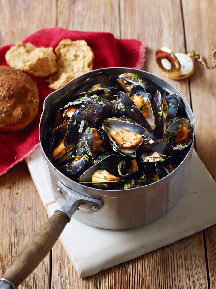 A quick and classic French recipe for mussels with white wine and cream – this dish can be on the table in under 10 minutes.