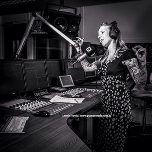 Radiopresentator met een tatoeage van een brandend hart op haar sleeves- Pumps & Plaatjes