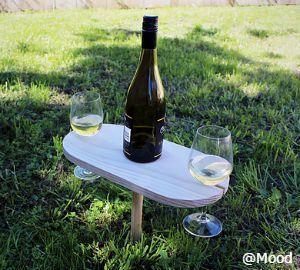 Picnic wine table 地面に差して固定するミニテーブルです。ワイングラスをひっかける溝がテーブルにあるので、グラスが倒れる心配がありません。ちょっとしたアイテムですが、お天気の良い日にこんなテーブルを使ってお外でワインを楽しんだら、とっても優雅な気分になりそうです。ビーチでも使えます。ハンドメイドでパインの木を使用しています。 購入代行をご検討の際には、弊社にお問合せください。 http://cargts.com/script/mailform/daikou/