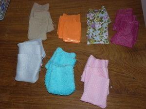 Voilà une bidouille en couture pour ma petite Anna qui va avoir 15 mois. Les coussins tactiles sont issus de la pédagogie montessori. Comment les utiliser ? BUT : Développer son sens tactile, son vocabulaire, ses sensations. vocabulaire liée aux matières...
