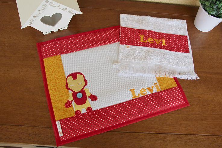 A hora do lanchinho vai ser muito mais bonita, organizada e divertida com esse kit de jogo americano + toalhinha de mão. <br>Próprio para levar para a escola e para a creche, para o almoço e o jantar em casa. <br>Feito em tecido 100% algodão, estruturado com manta especial, pode ser personalizado com a inicial ou o nome do(a) filhote(a) para que fique ainda mais charmoso! <br>A aplicação à máquina garante melhor acabamento e maior durabilidade. <br>Forrado com plástico transparente para…