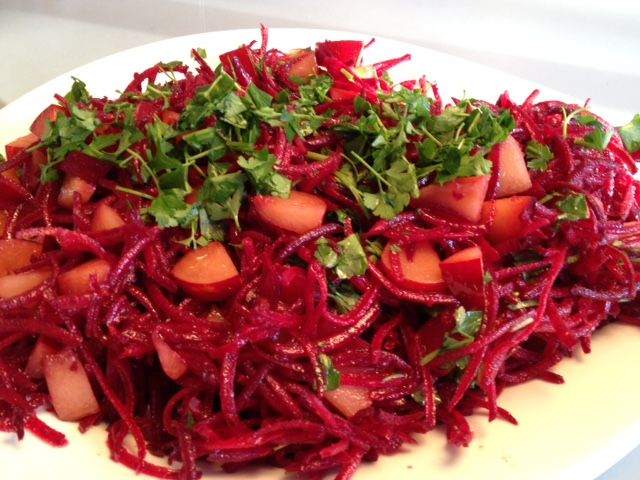 Rødbedesalat med blommer og persille