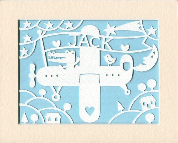Childrens kunst aan de muur, gepersonaliseerde Jolly vliegtuig Papercut - gepersonaliseerd met de naam van uw keuze Grillige kwekerij kunst, Baby Boy Baby meisje cadeau, geschenk kwekerij Decor  Dit is een originele papercut van krokodil gaat voor een spin in zijn vliegtuig, ontworpen, de hand getrokken en de hand gesneden door mij, gepersonaliseerd met een naam van uw keuze.  Het wordt geleverd in een mat met een 6 x 8 diafragma, klaar om pop in een 8 x 10-frame van crème 8 x 10 ingelijste…